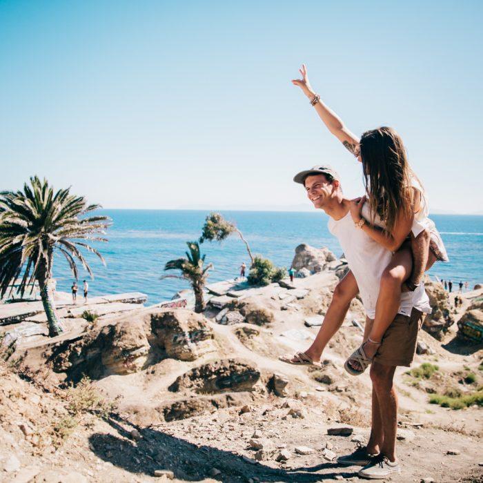 novios en la playa