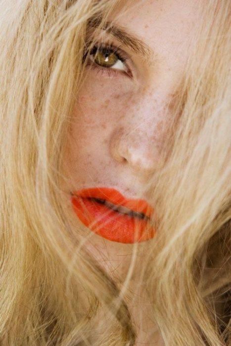 chica con labial naranja