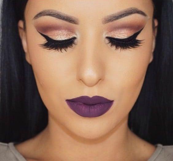 chica con labios violetas
