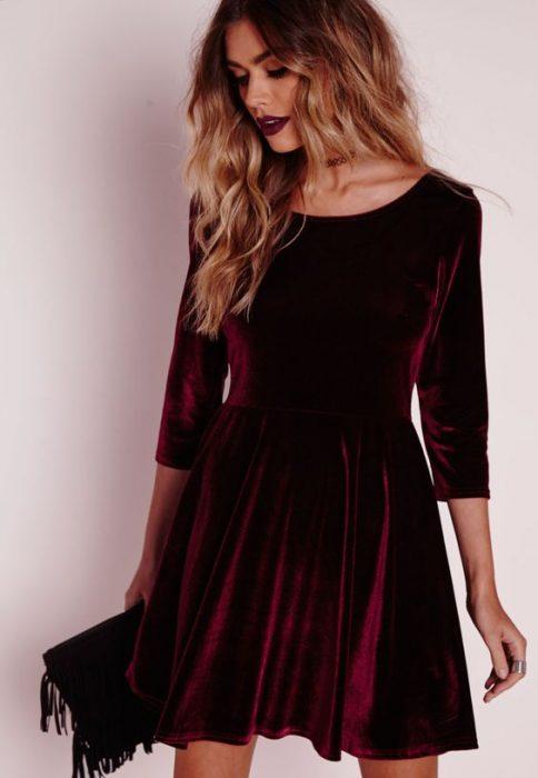 chica con vestido terciopelo