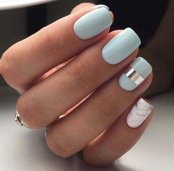 Uñas de color azul pastel