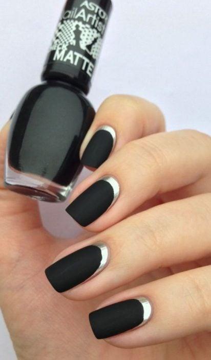 Uñas pintadas de color negro con plata