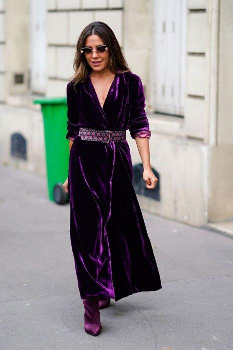 Chica usando un vestido en tono ultravioleta