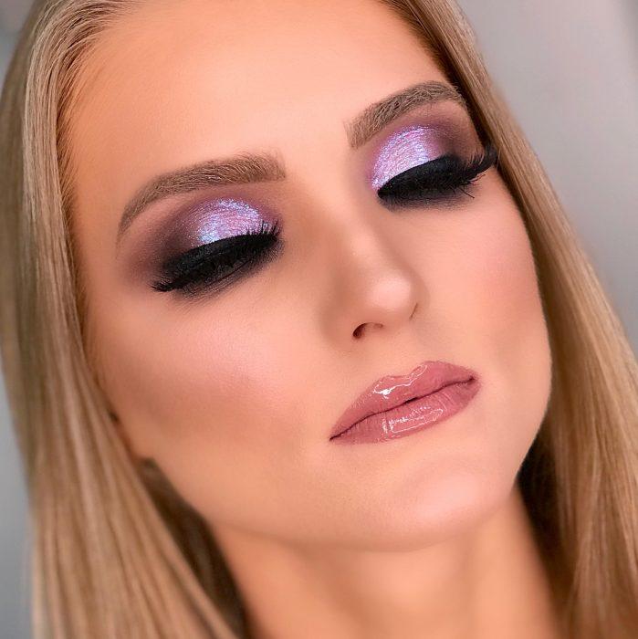 Chica usando un maquillaje ultravioleta