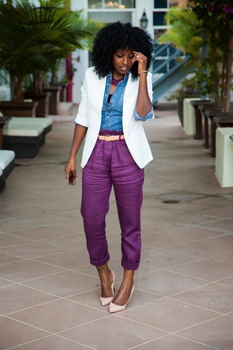 Chica usando un tono ultravioleta en sus pantalones