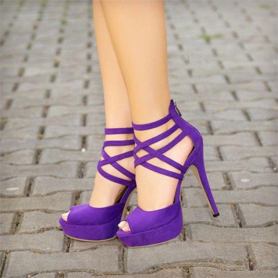 Zapatos en tono ultravioleta