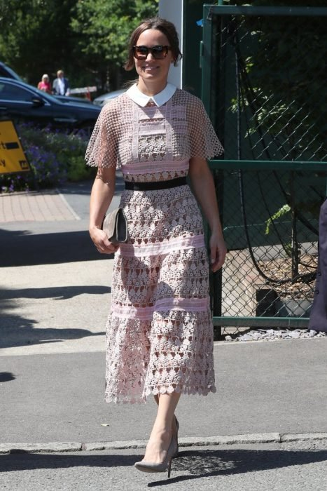 Pippa midletton con un vestido manga murcielago