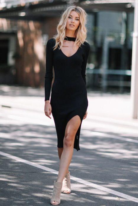 Chica usando un vestido color negro con una gargantilla negra