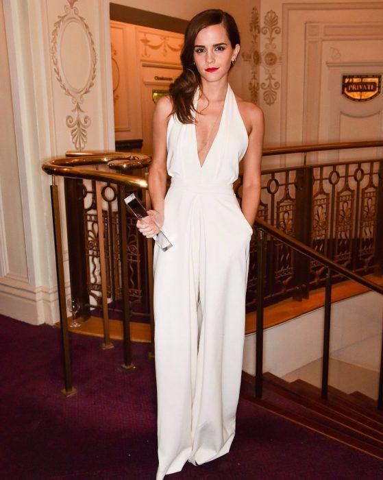 Emma Watson usando un vestido de color blanco