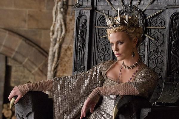 chica usando una corona