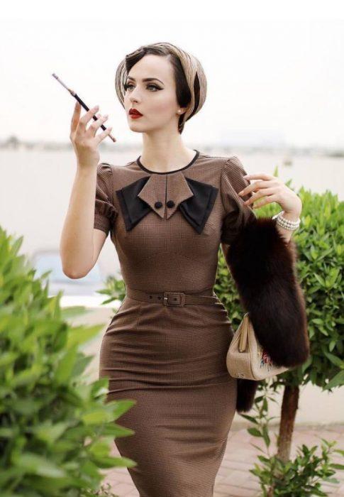 mujer vestida de café con cuello de piel y sombrero