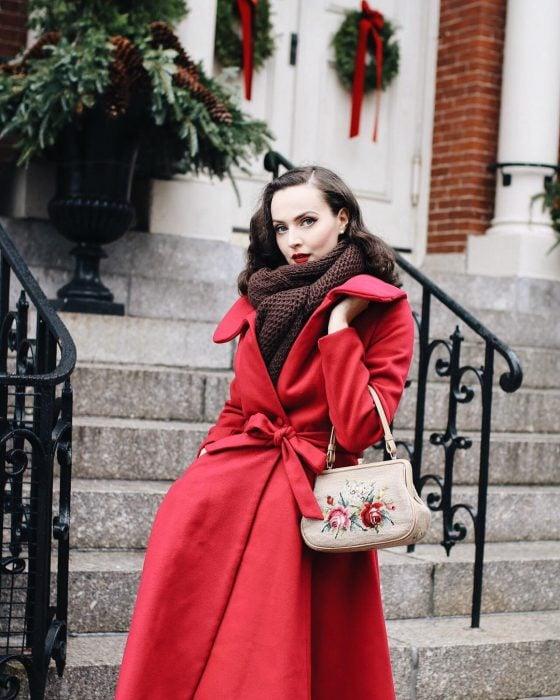mujer con abrigo rojo y bufanda café