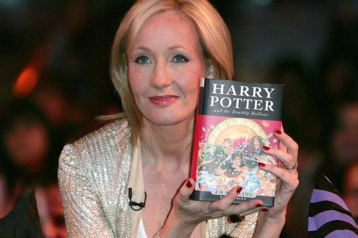mujer con libro en la mano y cabello largo rubio