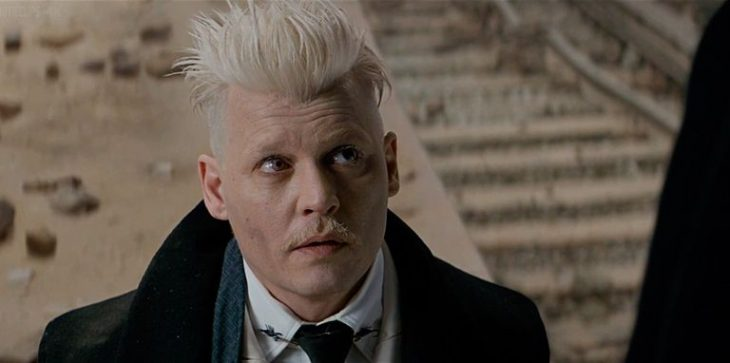 hombre con cabello blanco y bigote