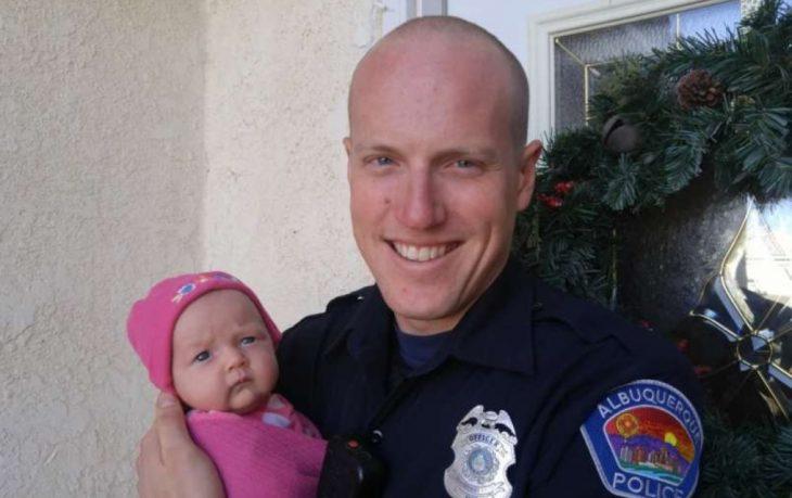 Policía cargando a un bebé