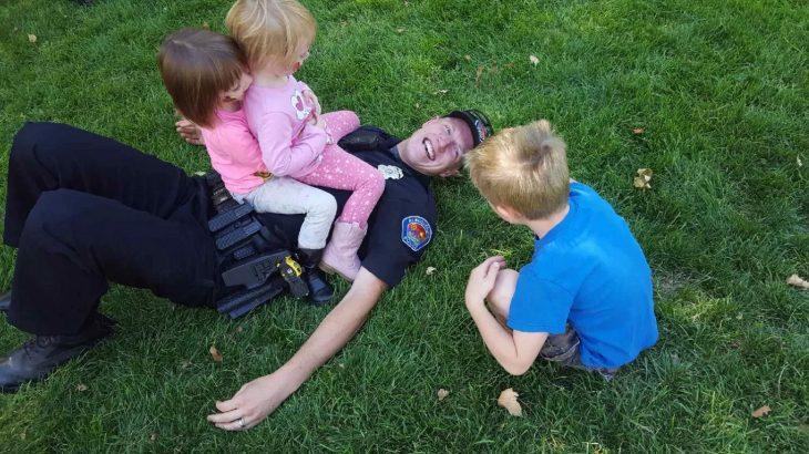 Policía jugando con niños