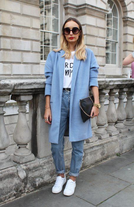 Chica usando un abrigo grande de color azul