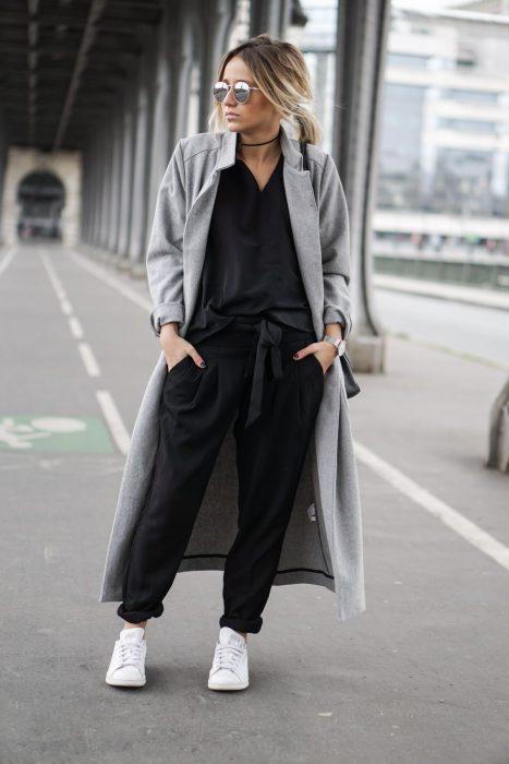 Chica usando un abrigo grande de color café