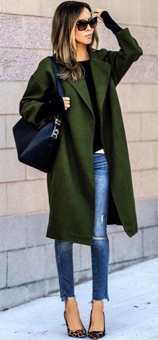 Chica usando un abrigo grande de color verde militar
