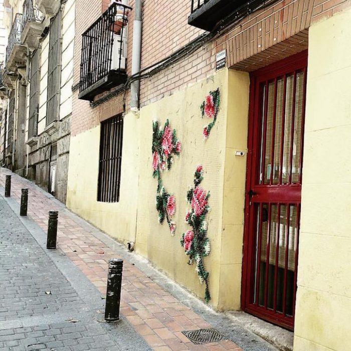 flores tejidas fuera de una casa