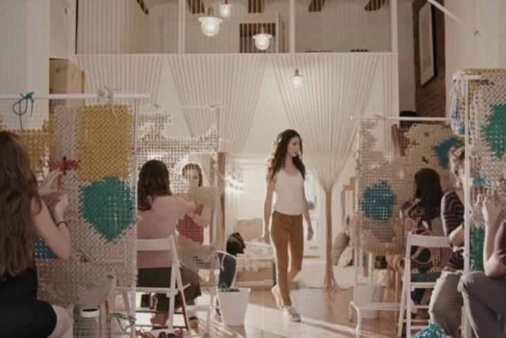 chicas tejiendo