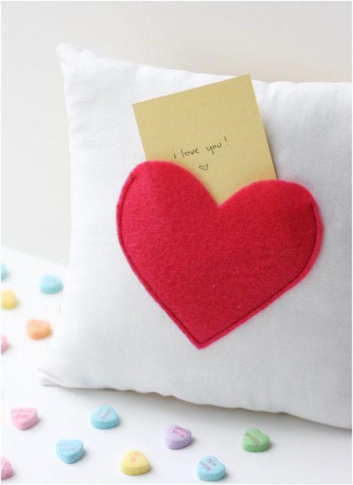 almohada en forma de corazón