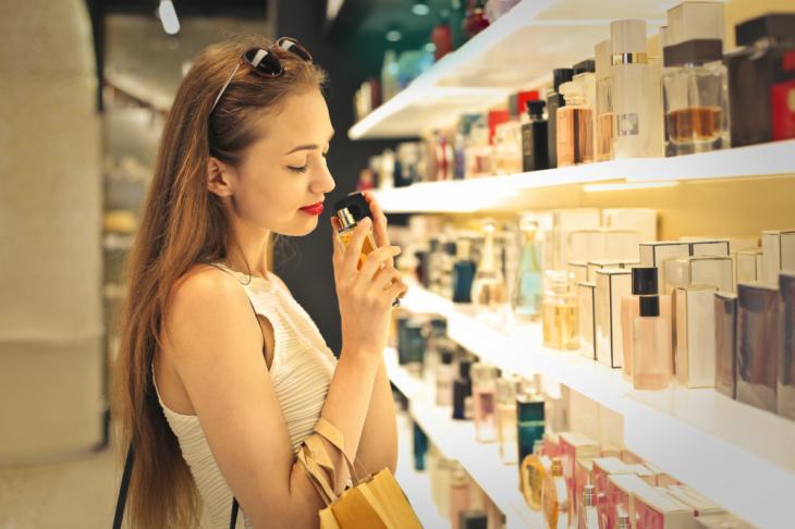 chica oliendo perfumes