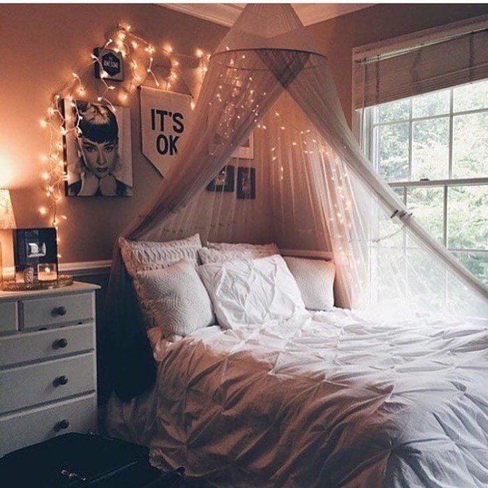 cama con almohadones