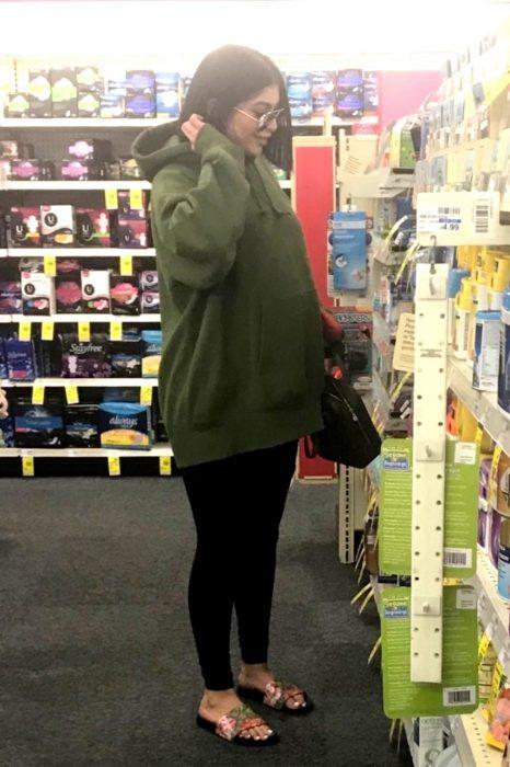 Kylie Jenner apareció mostrando su embarazo