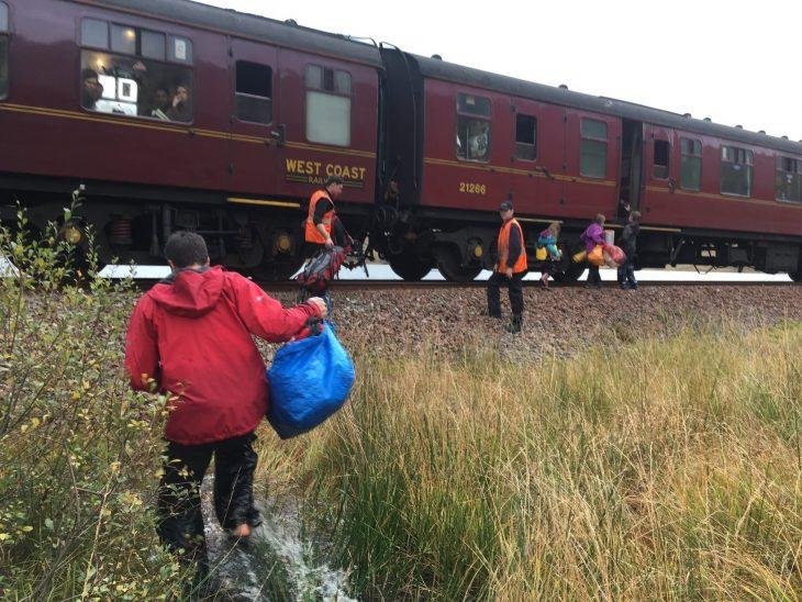 chicos subiendo a un tren
