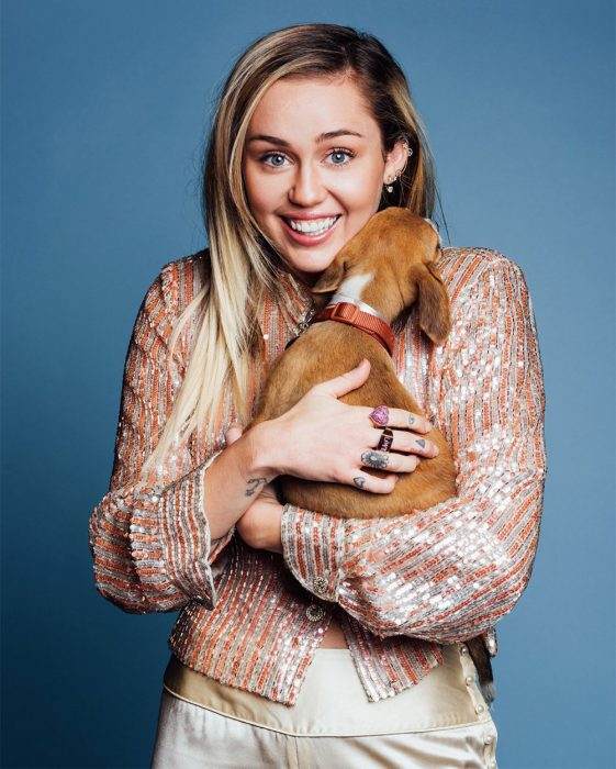 chica cargando un perro