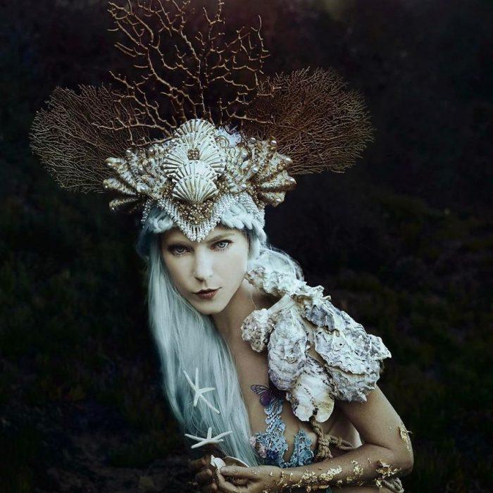 chica usando corona de arrecifes