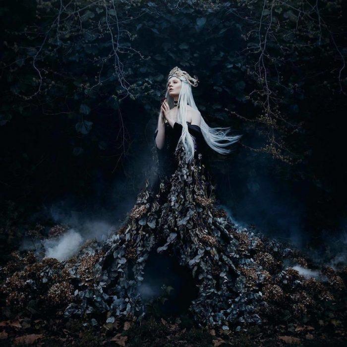 chica en el bosque de noche