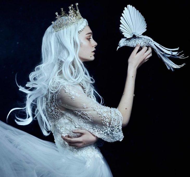 chica sosteniendo un ave
