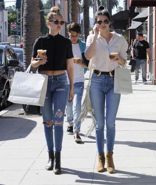 Kendall y gigi hadid de compras por las calles