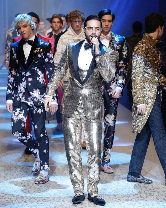 Maluma cantando en desfile Dolce & Gabbanna