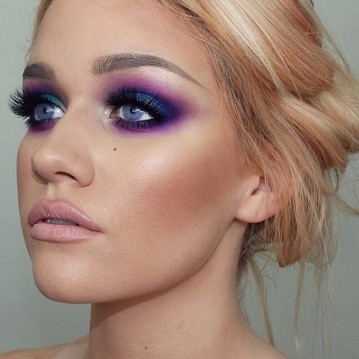 Chica usando un maquillaje en tonos morados
