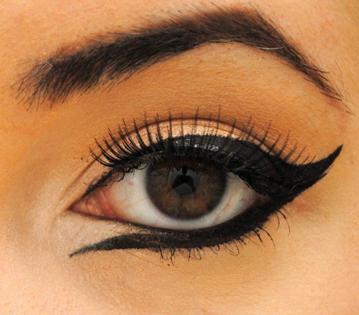 Chica con los ojos delineados de manera invertida