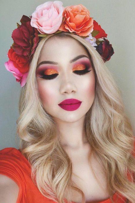Tonos naranja y morados en maquillaje de ojos