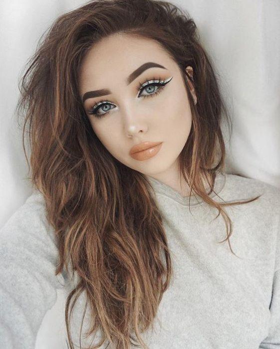 Chica usando un delineado de color pastel