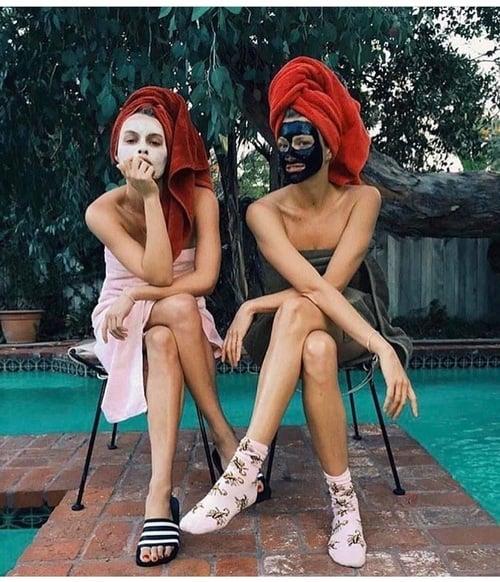 chicas usando mascarillas