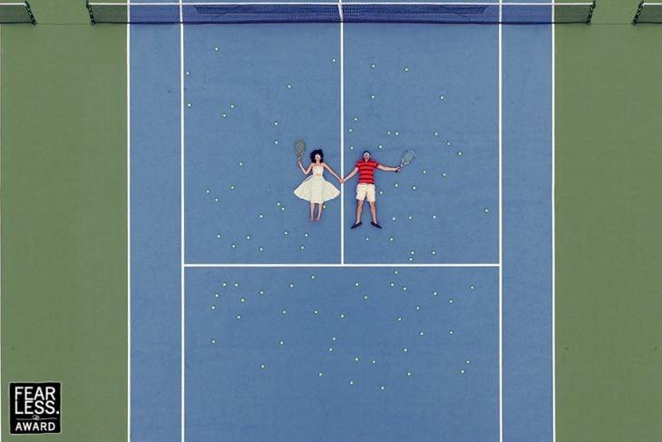 pareja de novios en una cancha de tenis