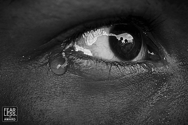 pareja reflejada en un ojo