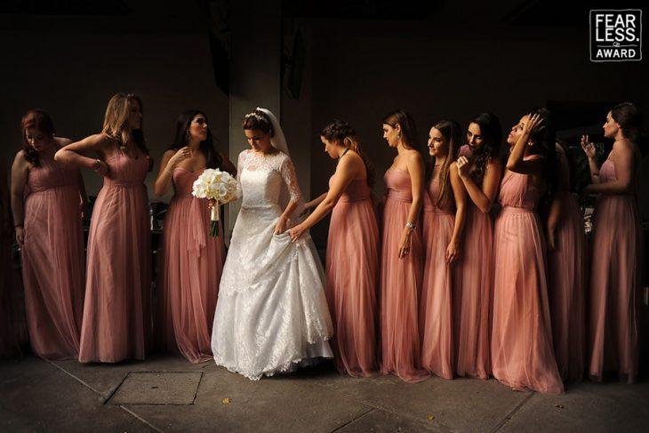 grupo de amigas con vestido rosa