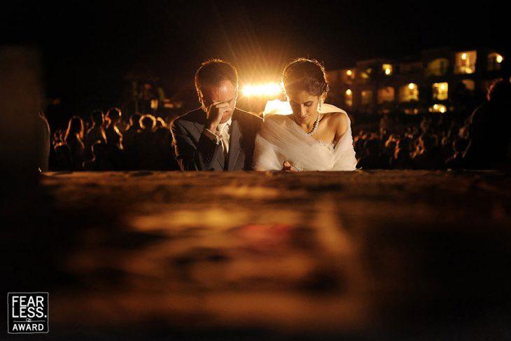 pareja de novios frente al altar