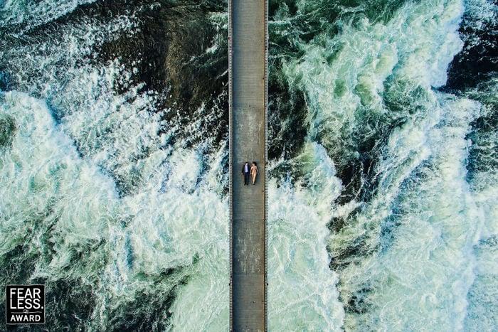 pareja de novios en un puente