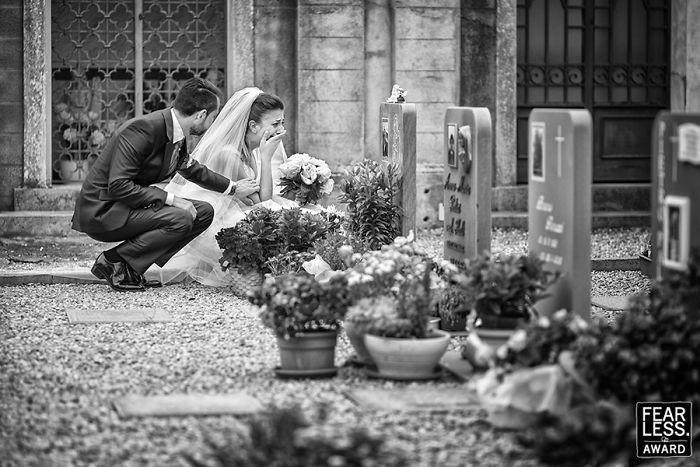 pareja de esposos visitando el panteón