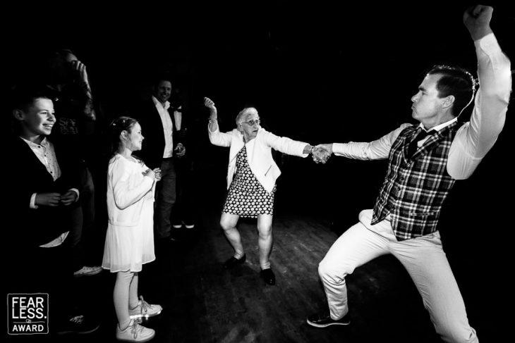 chico bailando con su abuela
