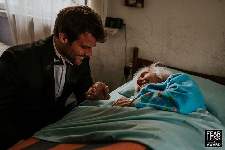 chico visitando a su abuela en el hospital