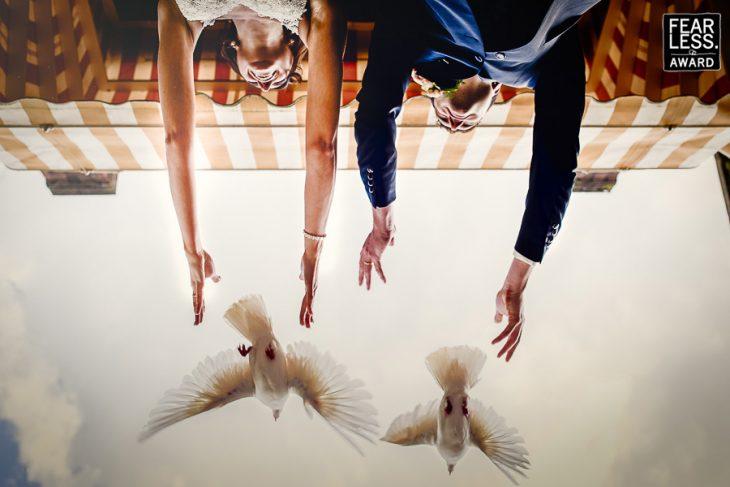 pareja liberando palomas